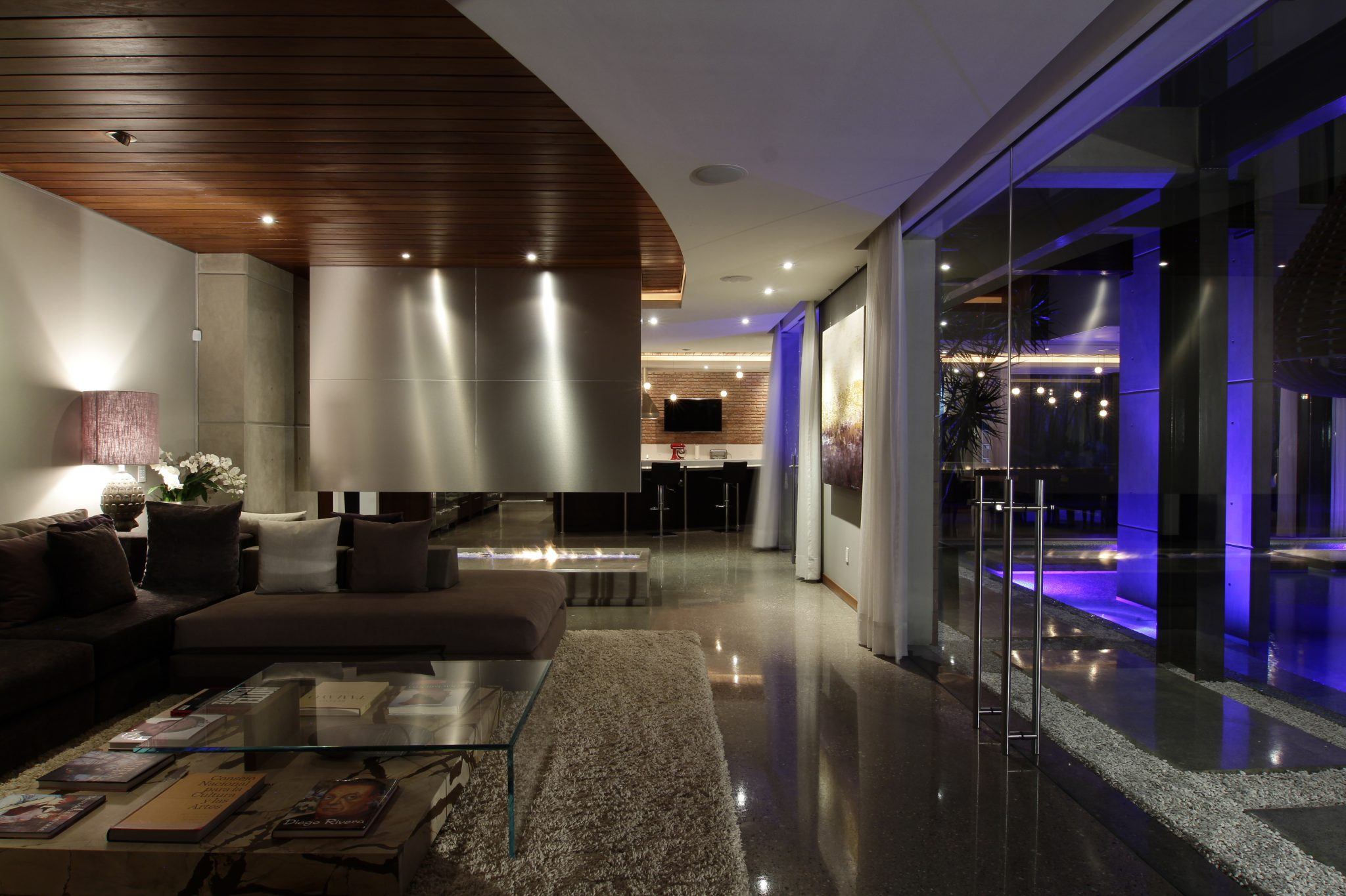 Urban oasis modern urban residence mexico city for Living room night